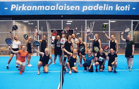 Padel Tampereen pelikavereita padelkentällä